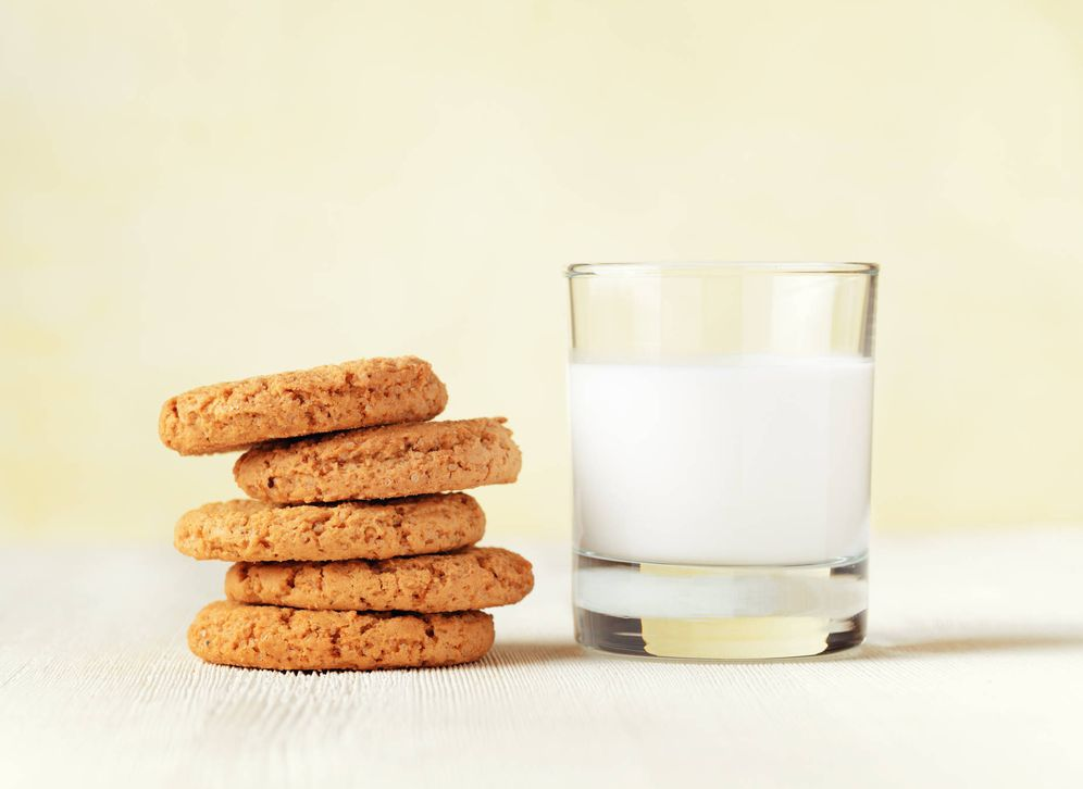 Foto: Leche con galletas. (iStock)