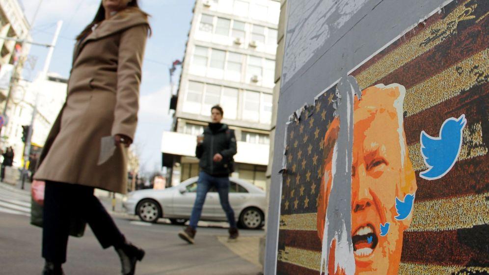 Foto: Un cartel con la cara de Donald Trump y el símbolo de Twitter en Serbia (EFE)