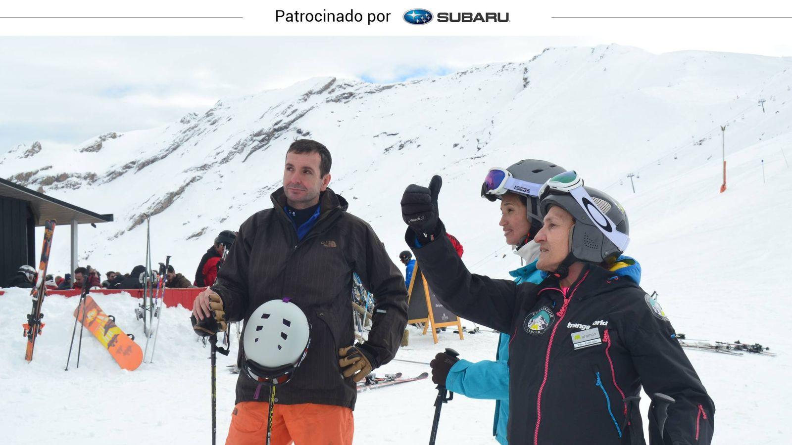Foto: Pilar Erdozain da indicaciones a una pareja de esquiadores.