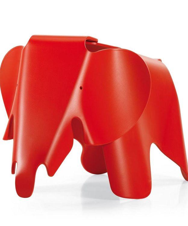 Foto: El elefante de los Eames reeditado por Vitra en color rojo