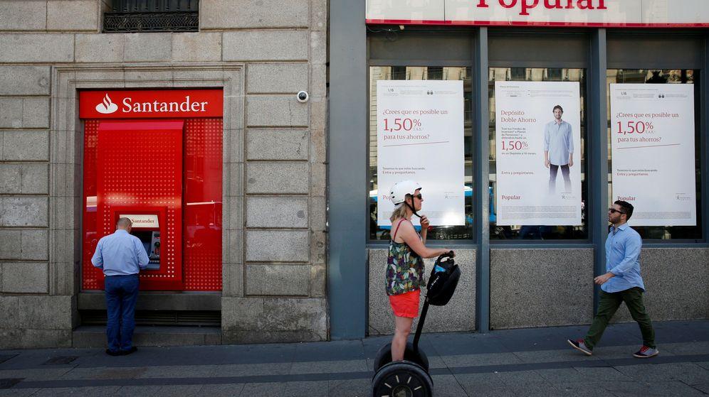 Foto: Una sucursal de Popular, junto a otra de Santander, en una imagen de archivo en Madrid. (Reuters)