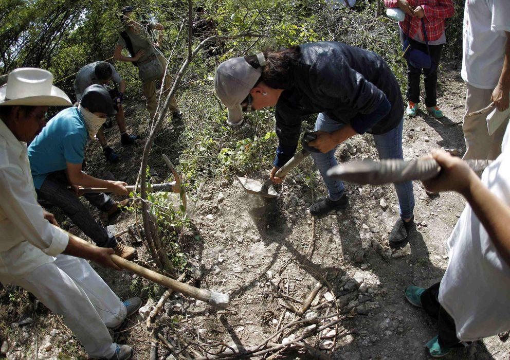 Foto: Familiares de personas desaparecidas excavan en una zona cercana a las fosas comunes descubiertas en La Joya, cerca de Iguala, en el estado de Guerrero. (Reuters)