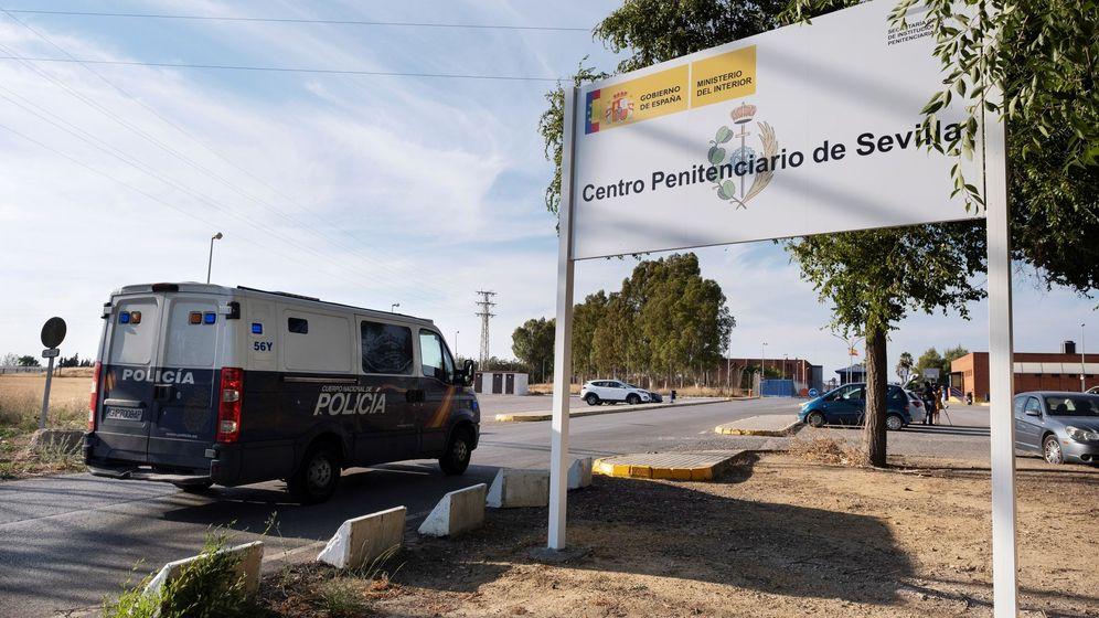 """Foto: El furgón que lleva a los miembros de """"La Manada"""" llega al Centro Penitenciario Sevilla 1. (Efe)"""