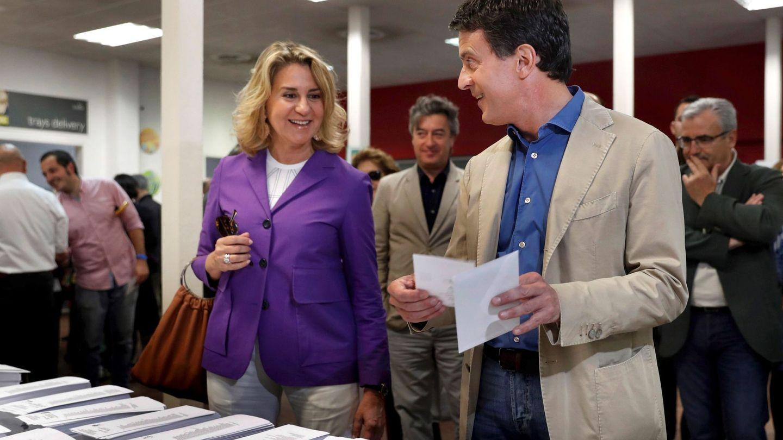 Susana Gallardo y Manuel Valls, votando en Barcelona. (EFE)