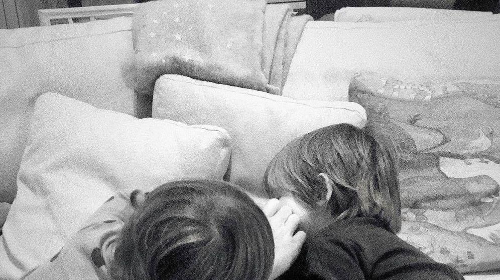 Foto: Iker Casillas juega junto a sus hijos, Martín y Lucas. (@saracarbonero)