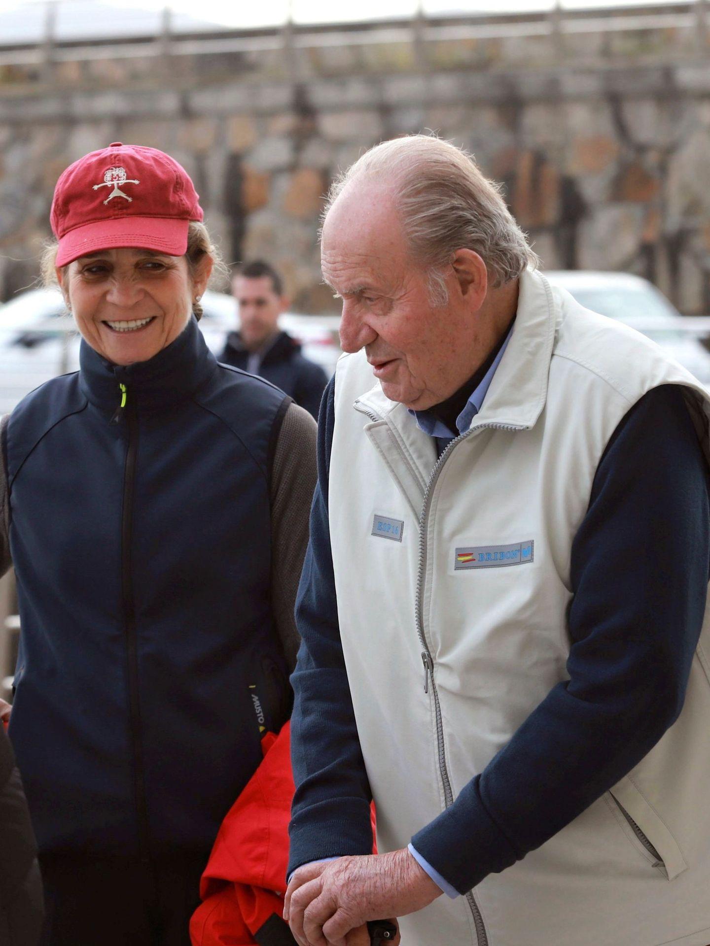 El rey emérito Juan Carlos I, con la infanta Elena en el Club Náutico de Sanxenxo en 2019. (EFE)