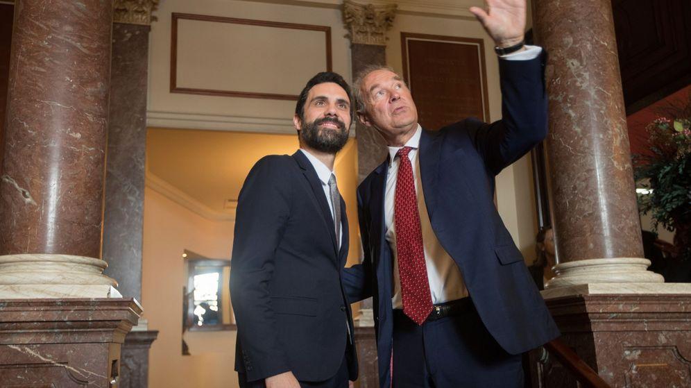 Foto: El presidente del Parlament, Roger Torrent (i), junto al presidente del Círculo de Directivos de Habla Alemana, Albert Peters. (EFE)