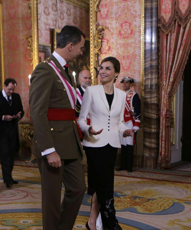 Foto: Doña Letizia conversa con el Rey Felipe durante la Pascua Militar (Gtres)