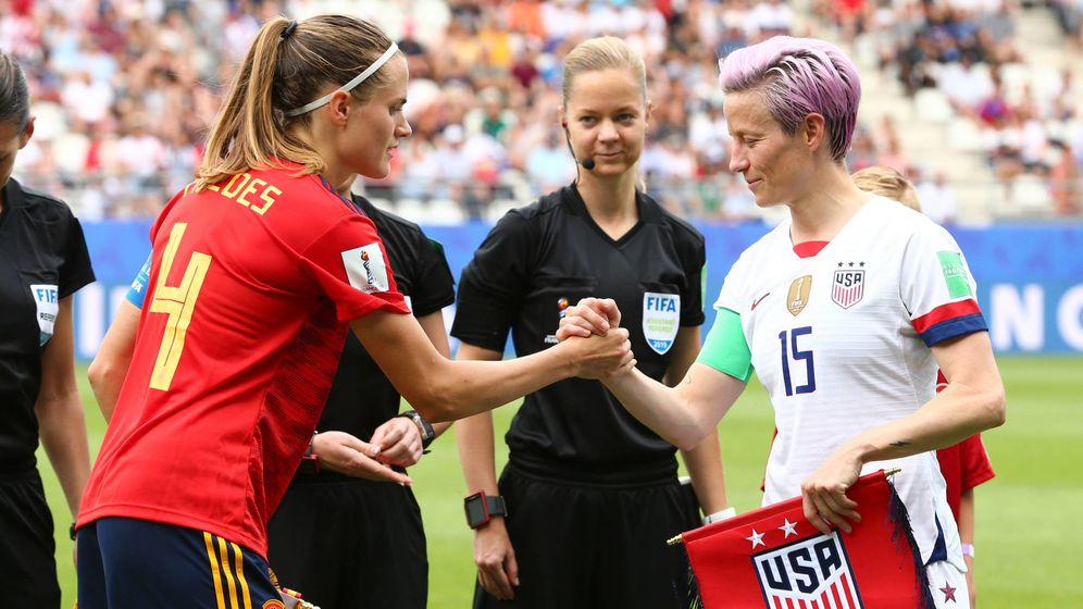 Foto: La capitana de España, Irene Paredes, y la de Estados Unidos, Megan Rapinoe, en el Mundial de Francia. (EFE)