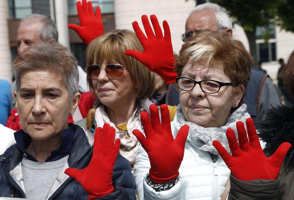 Foto: Protesta a las puertas del Palacio de Justicia de Pamplona por la sentencia contra La manada. (EFE)
