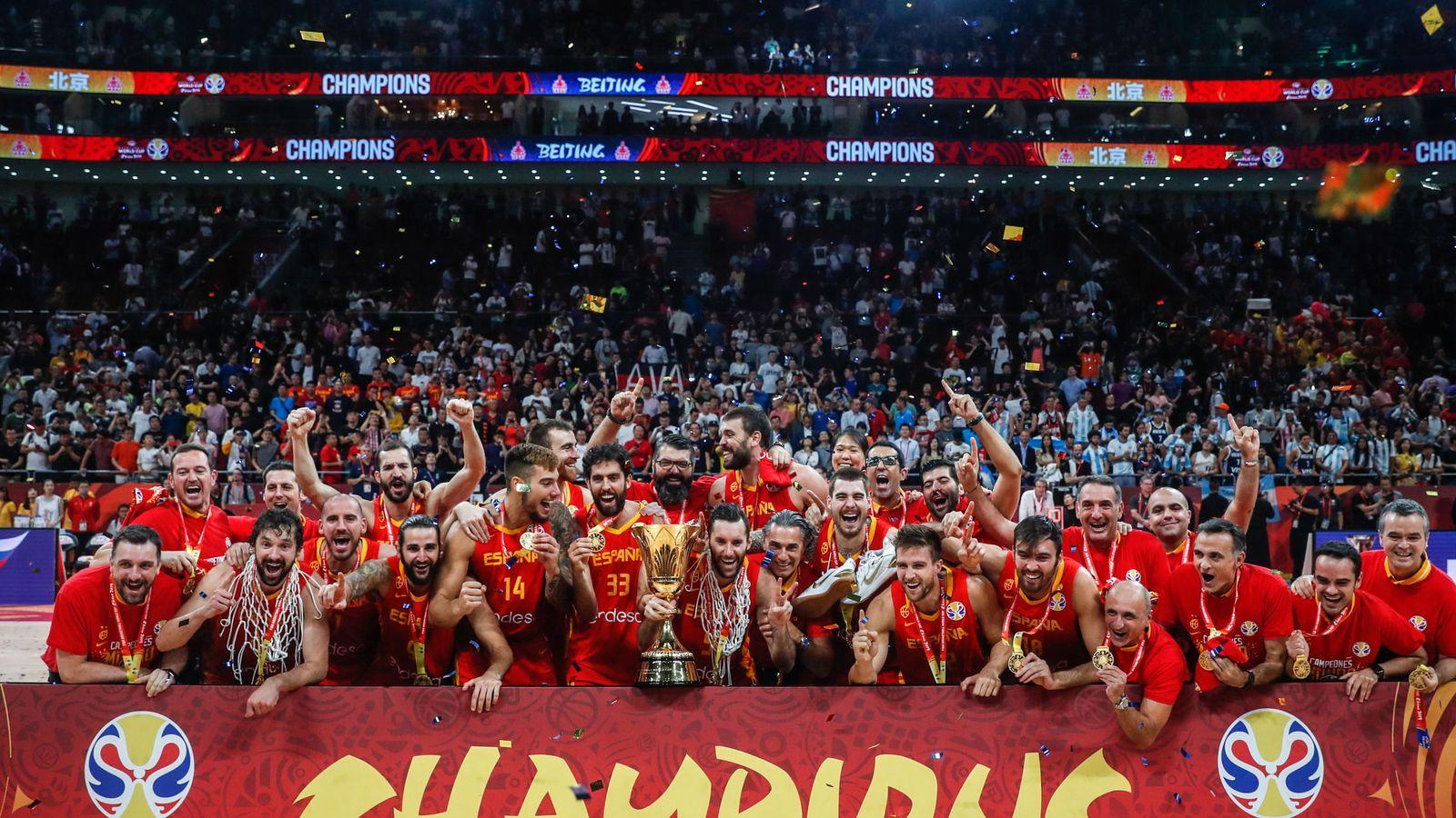 Foto: Todo el equipo español posa con el Trofeo Naismith tras ganar la final del Mundial a Argentina. (EFE)