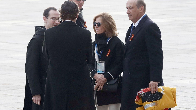 Francis Franco, con una bandera preconstitucional a su llegada al Valle de los Caídos.(EFE)