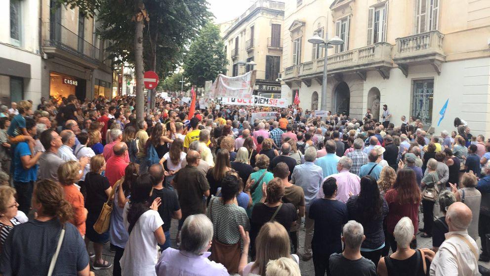 Centenares de personas protestan frente a la alcaldía de Mataró para pedir votar el 1-O