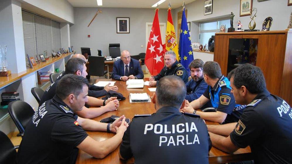 Foto: El alcalde de Parla (al fondo) con responsables de la Policía Local.