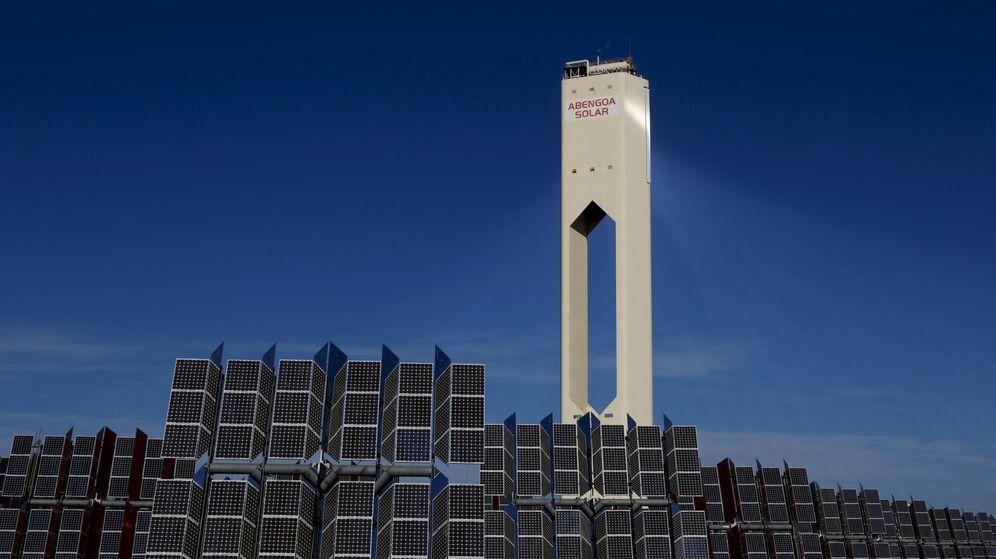 Foto: Una torre de Abengoa en la planta solar de Sanlúcar la Mayor. (Reuters)