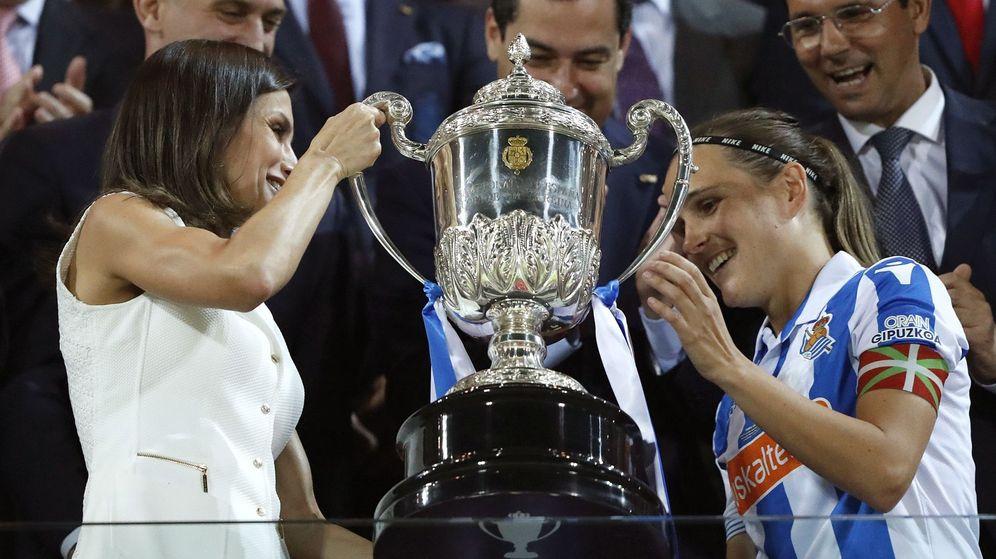 Foto: La reina entrega la Copa a Sandra Ramajo, capitana de la Real Sociedad. (EFE)