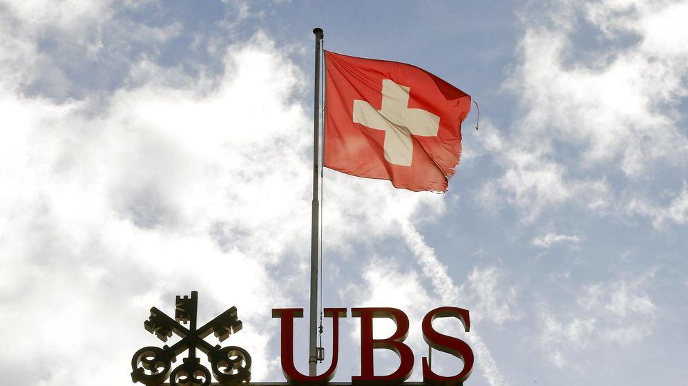 Foto: La bandera de Suiza ondea sobre el logo del UBS en Zúrich. (Reuters)