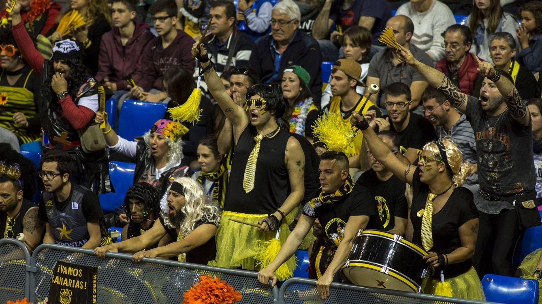 Foto: El Iberostar Tenerife-Real Madrid se jugó en medio de un ambiente de carnaval (Á. Pérez/ACB Photo)