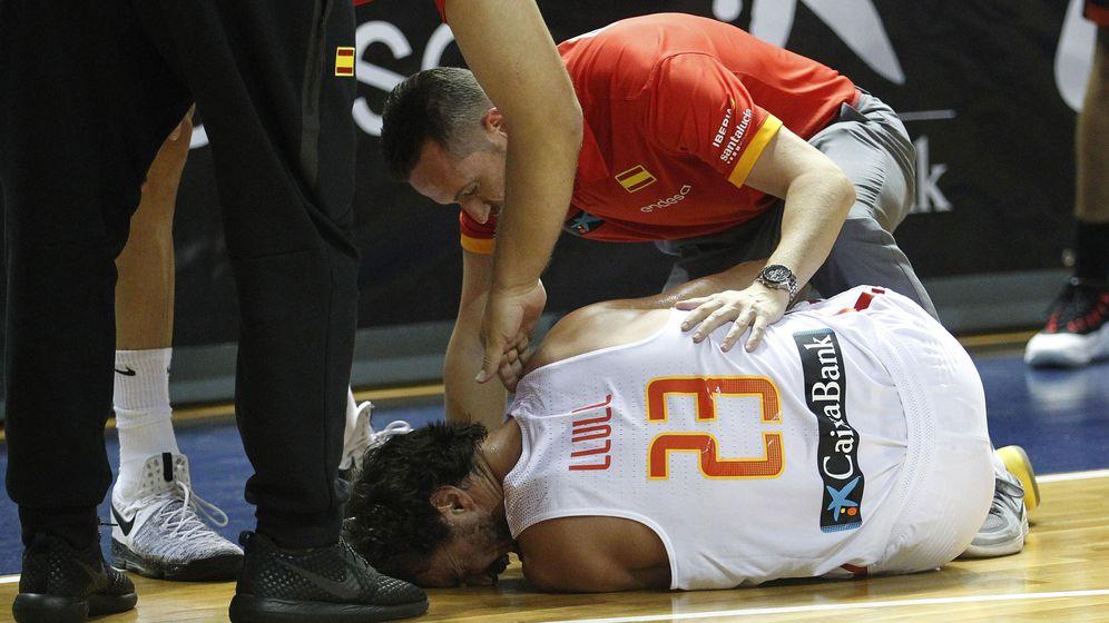 Foto: Sergio Llull fue atendido de inmediato por el médico de la selección, Carlos Salas. (EFE)