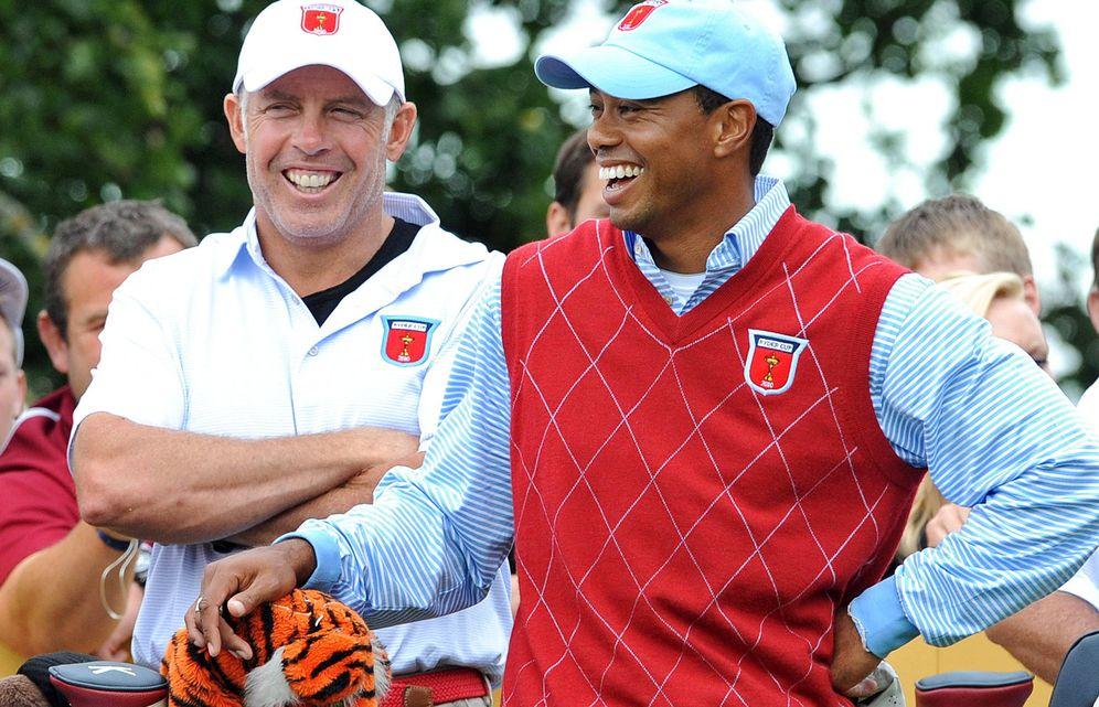 Foto: Tiger Woods se ríe junto a su caddie Steve Williams en el Celtic Manor de Newport (Efe).