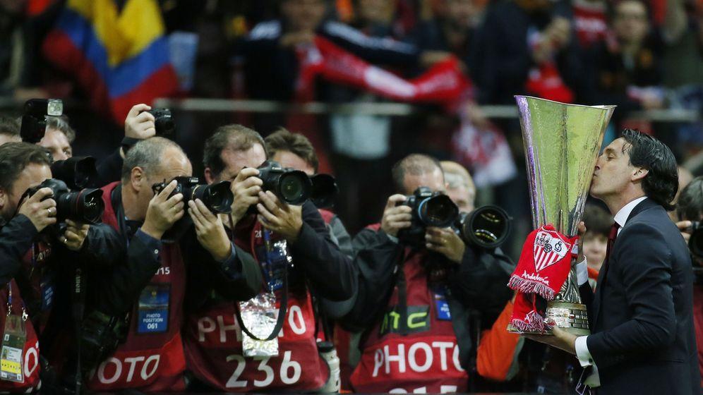 Foto: Emery besa la copa de campeón (Reuters).