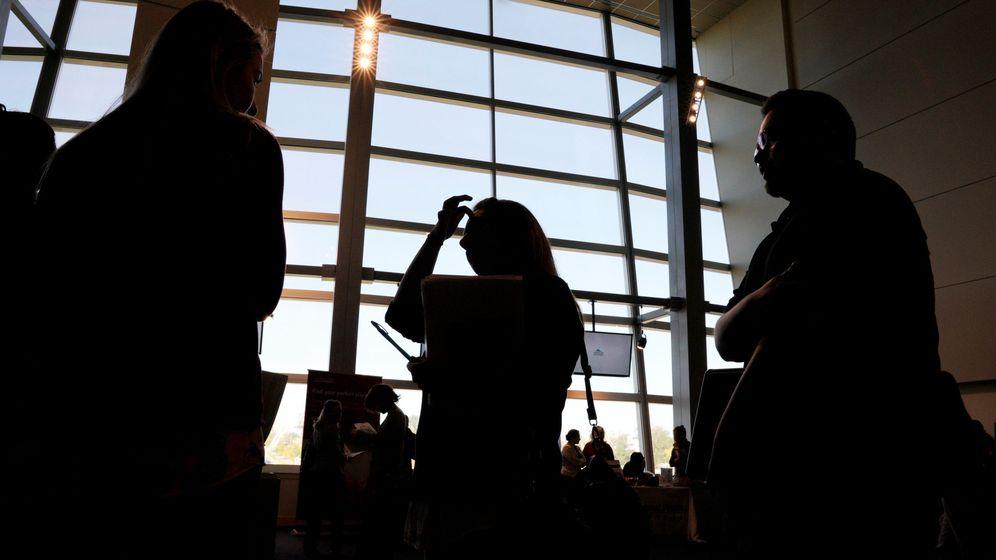Foto: Gente esperando en la cola en una feria de empleo en Colorado (EEUU). (Reuters)