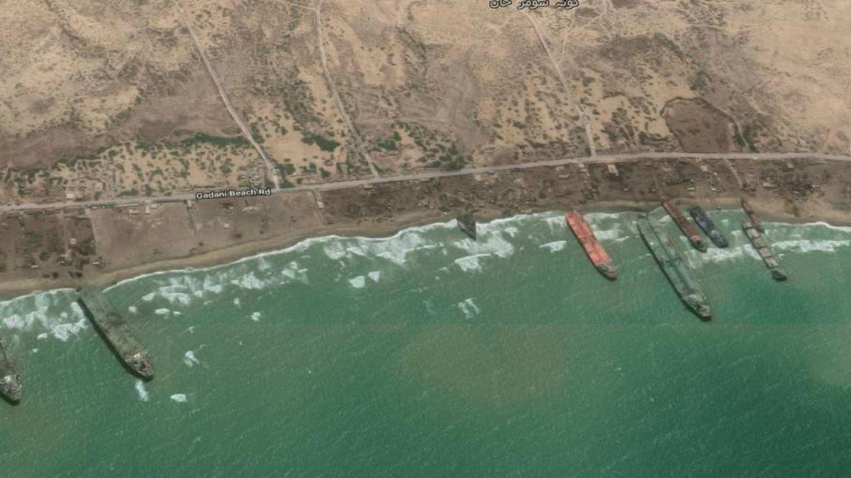 Vista parcial de la playa de Gadani (Pakistán) donde se desguazan grandes barcos. (Captura de Google Maps)