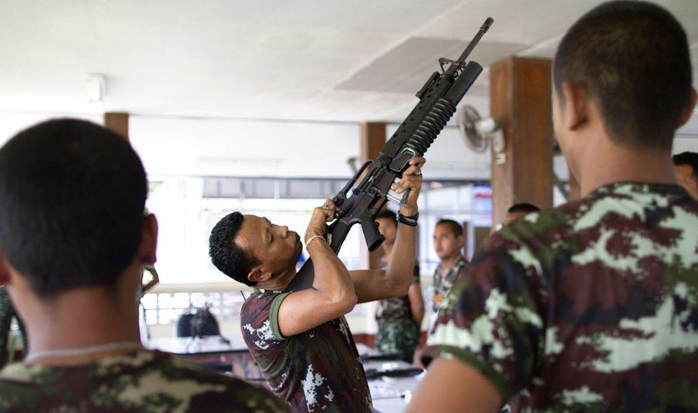 Foto: Un grupo de soldados tailandeses en el templo de Lak Muang (Biel Calderon)
