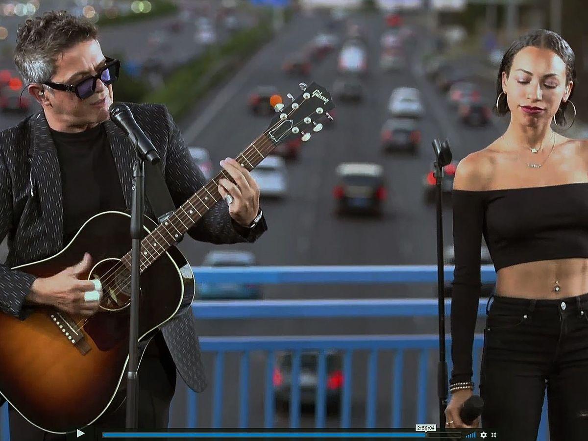 Foto: Alejandro sanz en un concierto sorpresa en un puente de la m30 (EFE)
