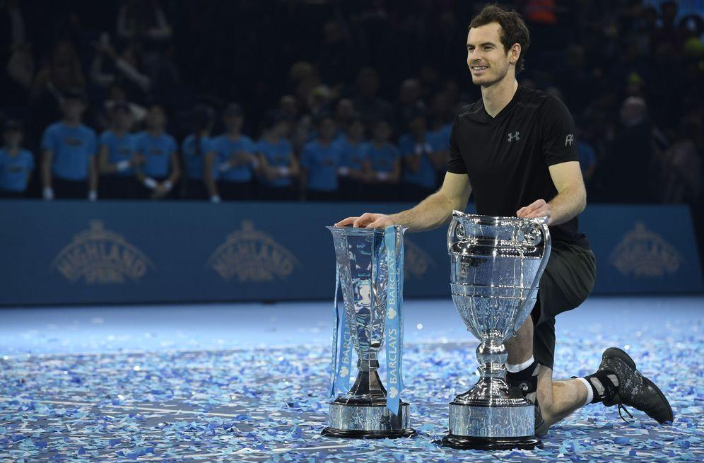 Foto: El trofeo de maestro y el de número 1, los dos son de Murray (Tony O'Brien/Reuters).
