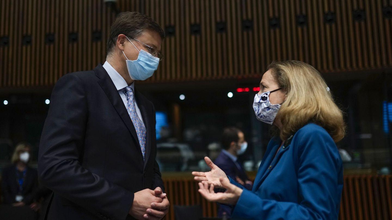 Calviño charla con el vicepresidente ejecutivo de la Comisión Europea, Valdis Dombrovskis. (Reuters)