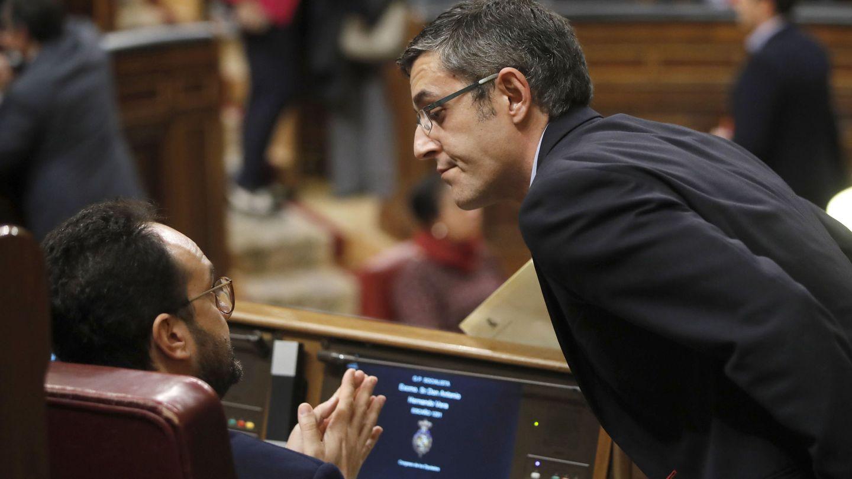 Edu Madina conversa con Antonio Hernando, el pasado 31 de enero en el Congreso. (EFE)