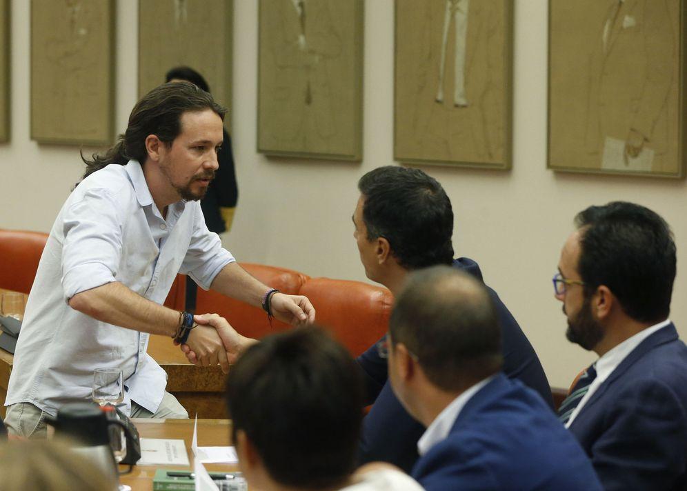 Foto: Pedro Sánchez y Pablo Iglesias se saludan en la constitución de la Diputación Permanente del Congreso, el pasado 18 de agosto. (EFE)