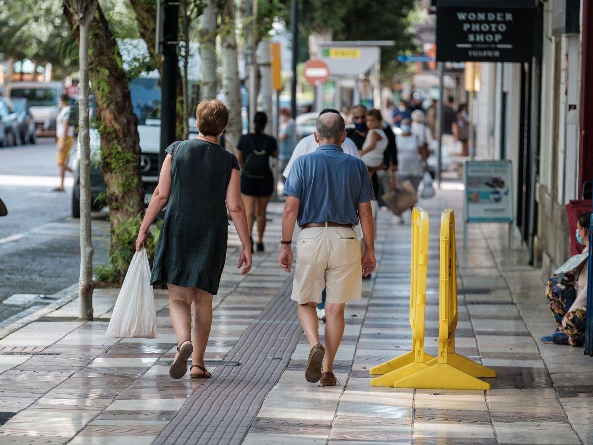 Foto: Varias personas transitan una calle en el barrio del Eixample de Ibiza. (EFE)