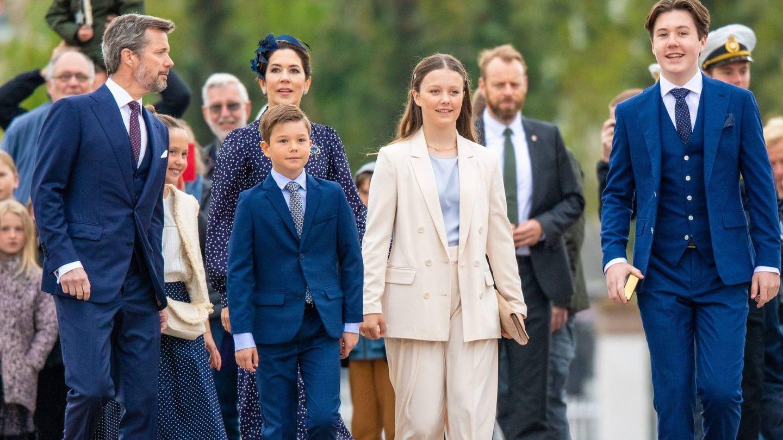 La familia, a su llegada a Fredensborg. (CP)