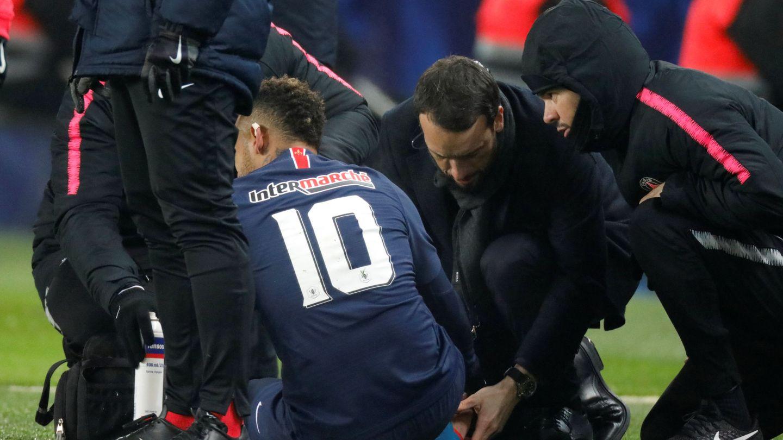 Los médicos atienden a Neymar del golpe en el pie derecho. (AFP)
