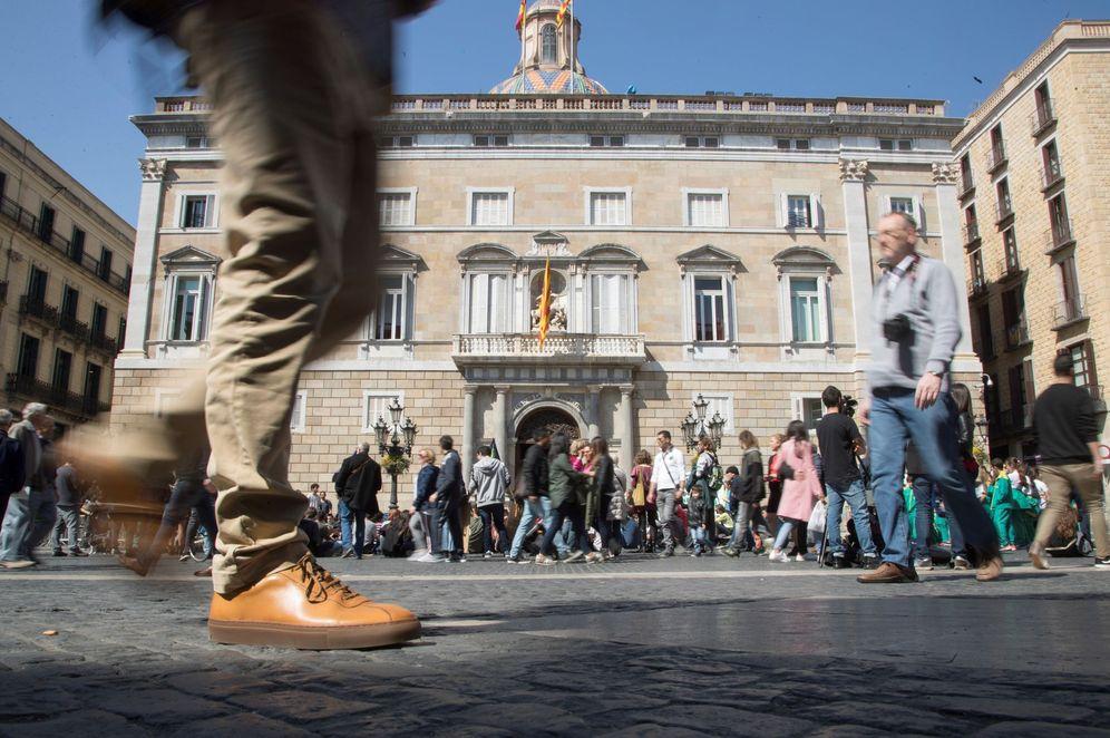 Foto: El balcón del Palau de la Generalitat, ya sin la pancarta con el lazo blanco (ni el amarillo), este 22 de marzo. (EFE)