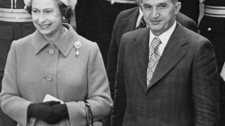 Isabel II junto a Nicolae Ceau?escu en 1978. (Getty)