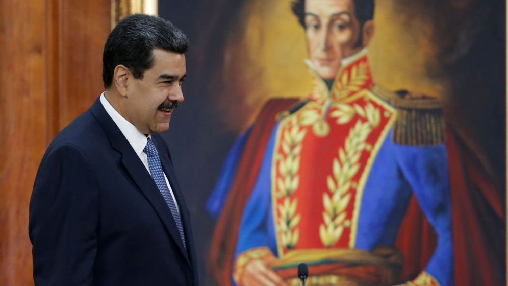 Foto: Nicolás Maduro camina frente a un retrato de Simón Bolívar