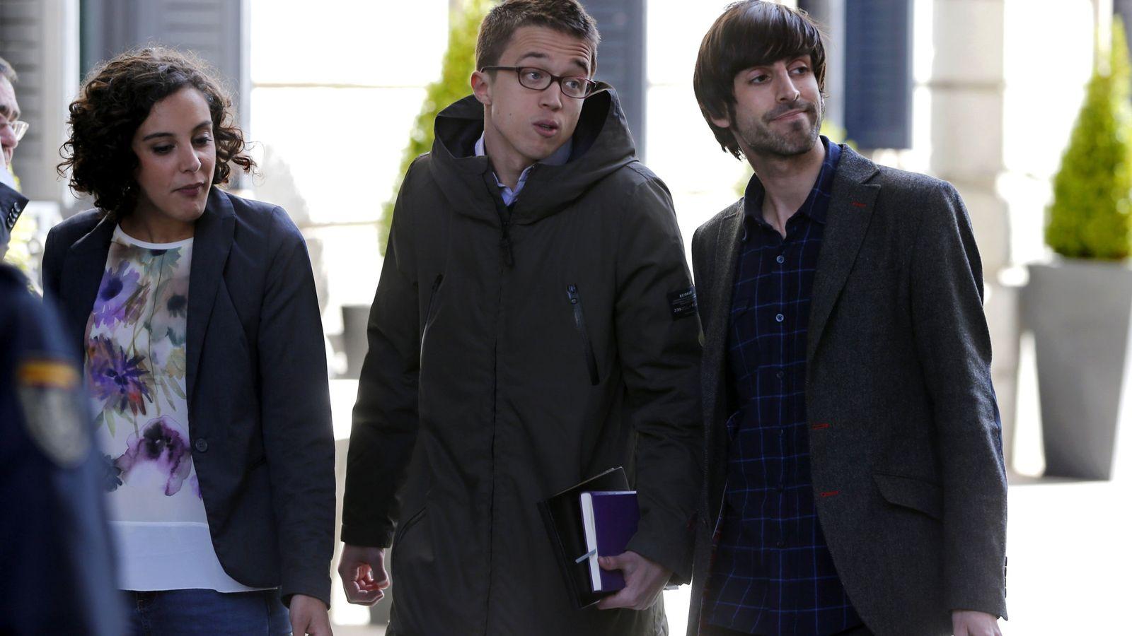 Foto: Los diputados de la candidatura oficialista, Nagua Alba y Eduardo Maura, junto al número dos de Podemos, Íñigo Errejón. (EFE)