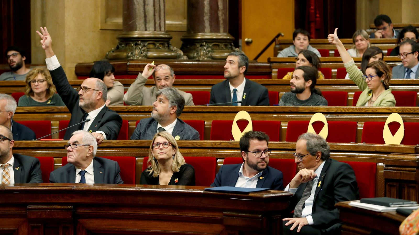 Foto: El presidente de la Generalitat Quim Torra (d) el vicepresidente, Pere Aragonès y la 'consellera' de la Presidencia, Elsa Artadi al inicio del pleno del Parlament. (EFE)