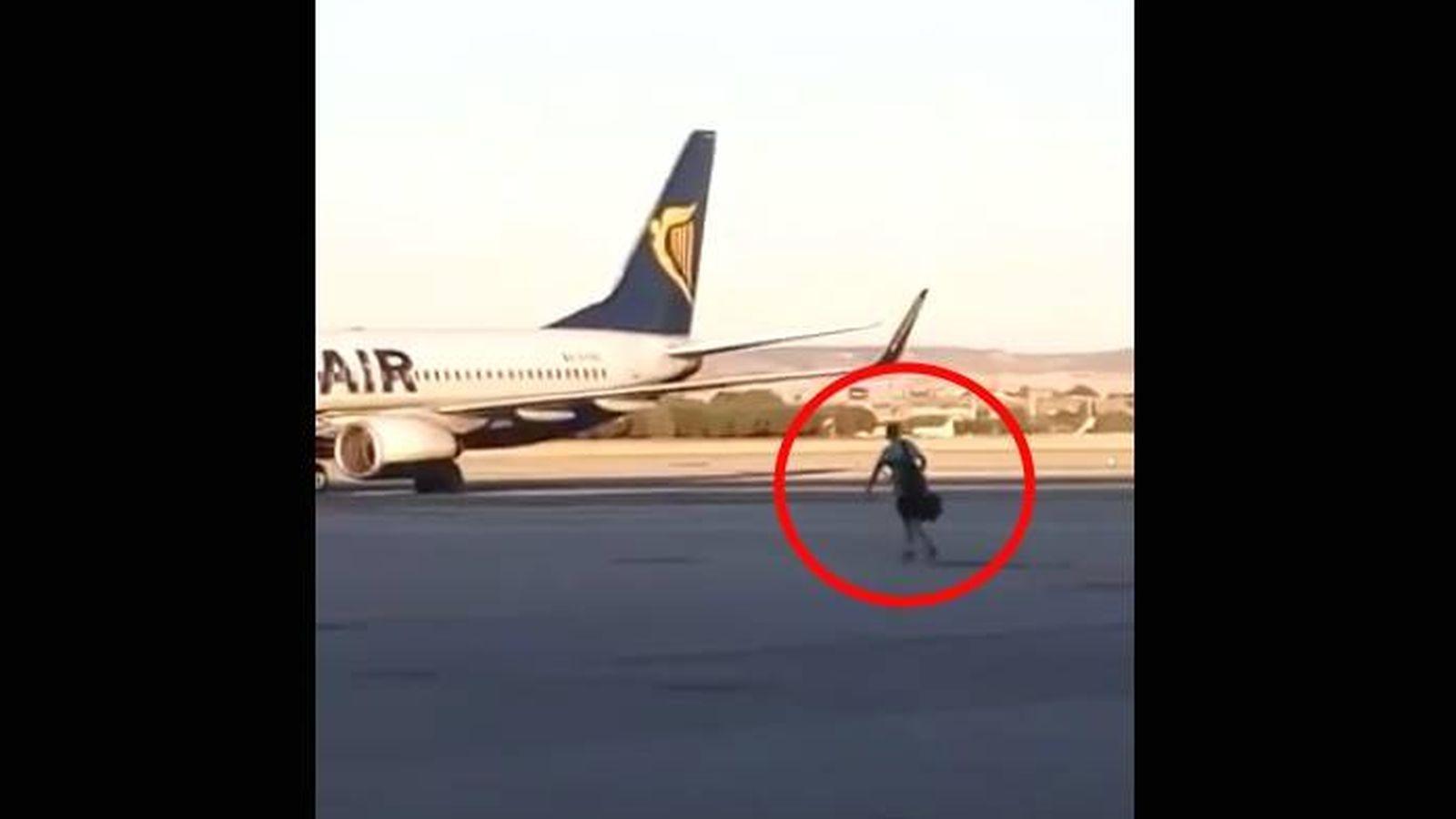 V deo salta a la pista del aeropuerto de barajas en un intento desesperado por coger el avi n - Que peut on emmener en avion ...