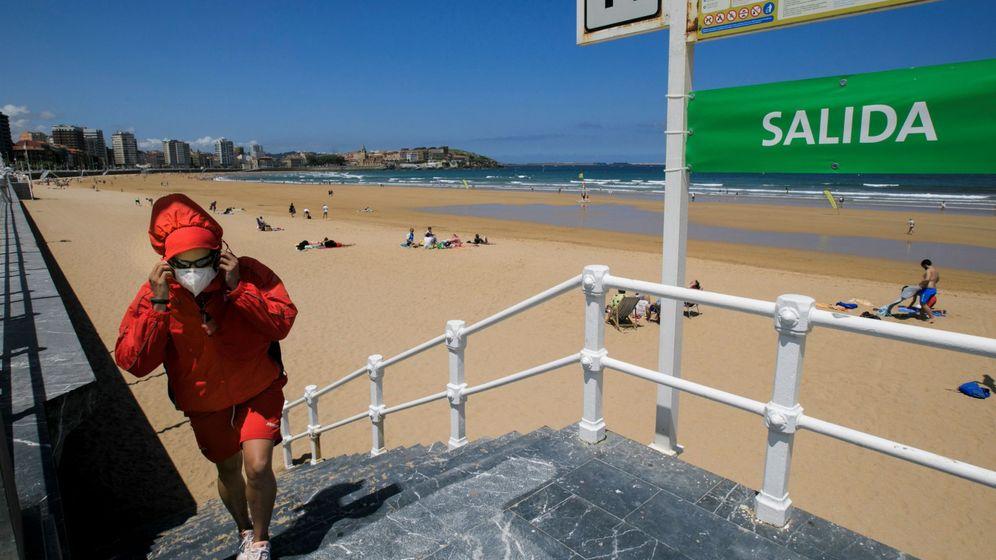 Foto: Playa de San Lorenzo, en Gijón, este verano. (EFE)