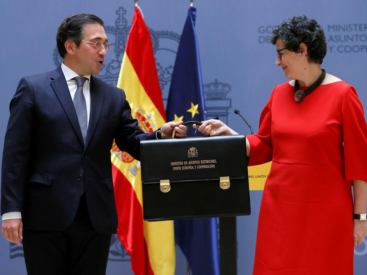 Foto: El ministro de Asuntos Exteriores, Unión Europea y Cooperación, José Manuel Albares (i), recibe la cartera ministerial de manos de su predecesora, Arancha González Laya. (EFE)