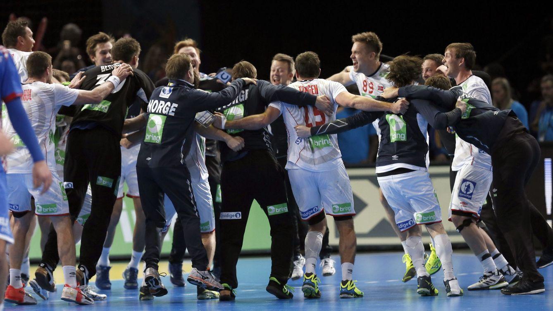 Foto: El equipo noruego celebra su clasificación para la final del Mundial tras ganar a Croacia (Etienne Laurent/EFE-EPA)