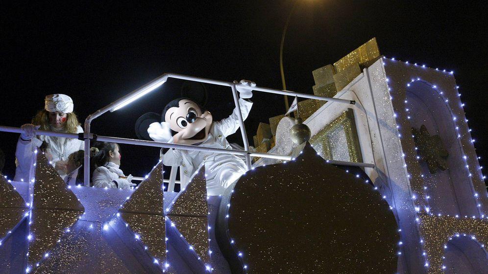 Foto: El personaje de Mickey Mouse saluda desde lo alto de una carroza en la cabalgata de Reyes de Madrid de 2010. (EFE)