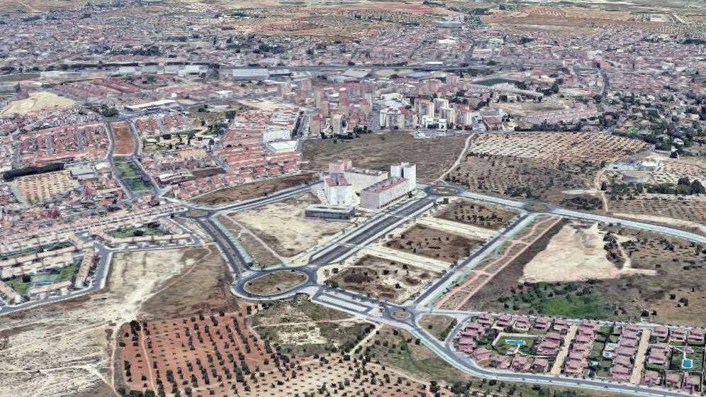 Foto: En primer término, suelo en Tomares que saldrá a la venta. (Francisco Pavón y Alberto Rodríguez)