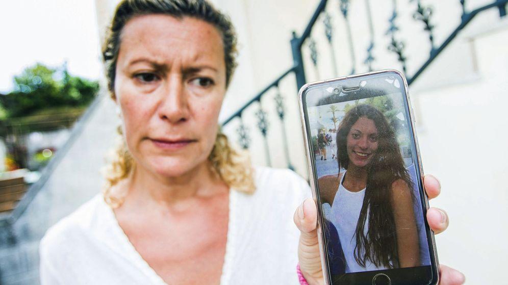 Foto: La madre de la joven Diana Quer, de 18 años, muestra en el móvil la foto de su hija. (EFE)