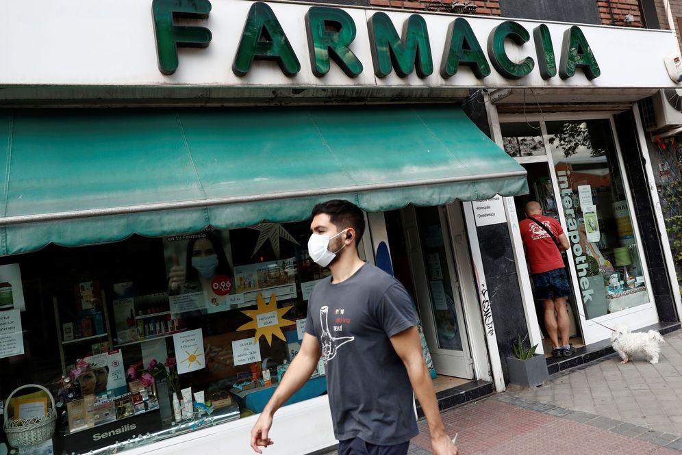 Foto: Un hombre con mascarilla pasa delante de una farmacia en Madrid, el pasado 3 de junio. (EFE)