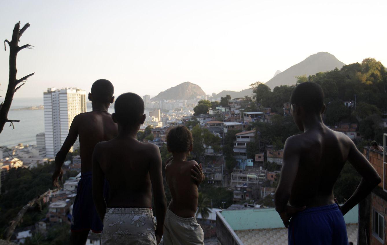 Foto: Jóvenes en las favelas de Río de Janeiro. (Reuters)